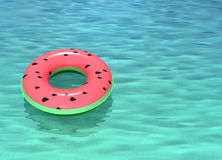 Anello di nuoto con il galleggiante del modello dell'anguria in acqua di mare Immagini Stock Libere da Diritti