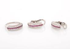 Anello di oro bianco ed orecchini, con i diamanti su fondo bianco Immagine Stock Libera da Diritti