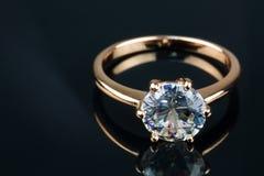 Anello di oro con brillante Immagini Stock