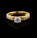 Anello di oro con brillante sul nero Fotografia Stock