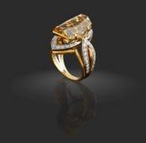Anello di oro con i diamanti e la gemma Fotografia Stock