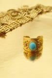 Anello di oro con i gioielli dell'oro Immagini Stock Libere da Diritti