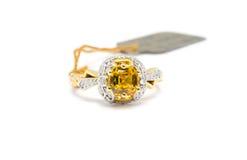 Anello di oro con il diamante e lo zaffiro giallo fotografie stock