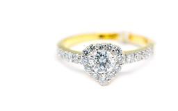 Anello di oro con il diamante su forma del cuore isolato Fotografie Stock Libere da Diritti