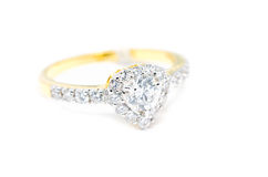 Anello di oro con il diamante su forma del cuore isolato Immagine Stock Libera da Diritti