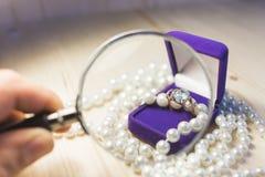 Anello di oro con la gemma nelle perle di regalo di un contenitore e della perla Immagine Stock