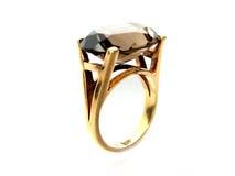 Anello di oro con la pietra preziosa Fotografie Stock