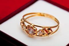 Anello di oro con lo zirconia bianco enchased Fotografia Stock