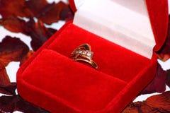 Anello di oro e petali di rosa Fotografia Stock Libera da Diritti