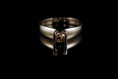 Anello di oro giallo con il diamante di colore del cognac Fotografia Stock Libera da Diritti
