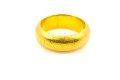 Anello di oro isolato sul bianco. Fotografia Stock