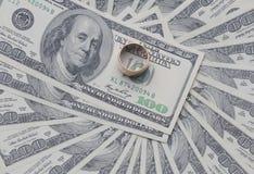 Anello di oro sul dollaro Fotografie Stock Libere da Diritti