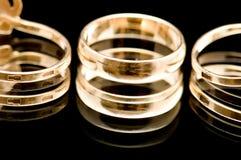 Anello di oro sul primo piano nero immagini stock