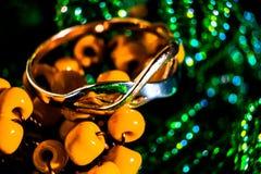 Anello di oro sulle perle, macro foto fotografia stock libera da diritti