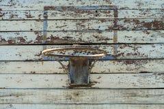 Anello di pallacanestro su un vecchio schermo di legno Fotografie Stock