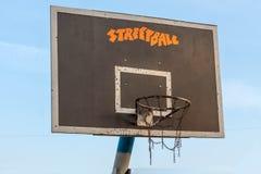 Anello di pallacanestro Vista laterale Cielo blu Immagini Stock Libere da Diritti