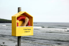 Anello di risparmio di vita sulla spiaggia Fotografia Stock