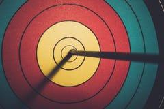 Anello di scopo di colpo della freccia nel catrame di tiro con l'arco Fotografie Stock