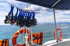 Anello di sicurezza ed occhiali di protezione immergersi sull'yacht vicino all'ancona di Playa della spiaggia vicino a Trinidad fotografia stock