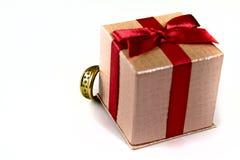 Anello dietro il regalo Fotografia Stock Libera da Diritti