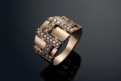 Anello dorato con i diamanti Fotografia Stock