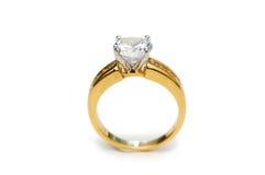 Anello dorato con il diamante isolato sul bianco Fotografia Stock