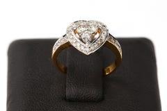 Anello dorato con il diamante sulla base Fotografia Stock Libera da Diritti