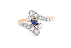 Anello dorato dello zaffiro con i diamanti fotografia stock
