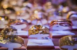 Anello dorato nel negozio di gioielli Immagini Stock Libere da Diritti