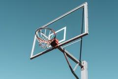 Anello e bordo di pallacanestro fotografia stock libera da diritti