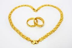 Anello e braccialetto dorati delle coppie Fotografia Stock