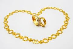 Anello e collana dorati delle coppie Fotografia Stock