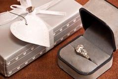 Anello e regalo di Engagment immagine stock