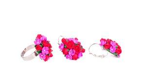 Anello ed orecchini con i fiori messi Fotografie Stock Libere da Diritti