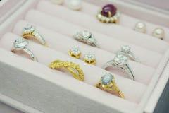 Anello ed orecchini della pietra preziosa del diamante dell'argento e dell'oro Immagini Stock Libere da Diritti