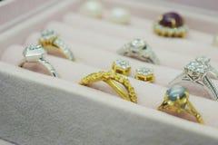 Anello ed orecchini della pietra preziosa del diamante dell'argento e dell'oro Fotografie Stock Libere da Diritti