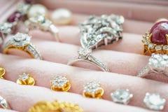 Anello ed orecchini della pietra preziosa del diamante dell'argento e dell'oro Fotografia Stock