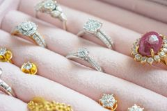 Anello ed orecchini della pietra preziosa del diamante dell'argento e dell'oro Fotografie Stock