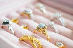 Anello ed orecchini dello zaffiro della pietra preziosa del diamante dell'argento e dell'oro Fotografia Stock