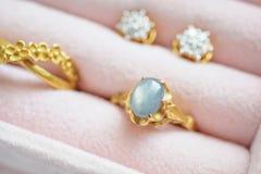 Anello ed orecchini dello zaffiro della pietra preziosa del diamante dell'argento e dell'oro Immagini Stock Libere da Diritti