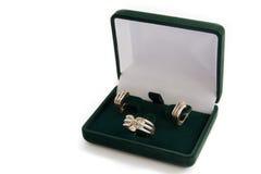 Anello ed orecchini di oro in un contenitore di monili Fotografie Stock Libere da Diritti