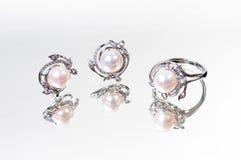 Anello ed orecchino della perla fotografie stock