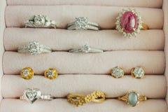 Anello ed orecchino della pietra preziosa del diamante dell'argento e dell'oro Immagini Stock Libere da Diritti