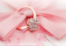 Anello elegante con i brilliants per il giorno dei biglietti di S. Valentino Immagine Stock