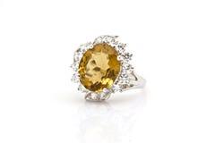 Anello giallo dello zaffiro su bianco Immagine Stock