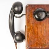 Anello obsoleto d'annata di Wallbox del microtelefono della bachelite dell'apparecchio telefonico della quercia immagini stock libere da diritti