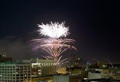 Anello piacevole della torre della Riunione con la manifestazione dei fuochi d'artificio Fotografia Stock