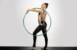 Anello relativo alla ginnastica alla donna dell'atleta anello relativo alla ginnastica con la donna flessibile su fondo bianco Immagini Stock Libere da Diritti