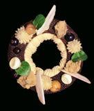 Anello rustico del dessert di Parigi Brest con la mela, le bacche e la meringa su fondo nero fotografia stock