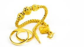 Anello tailandese del braccialetto dei gioielli dell'oro di stile e di oro delle coppie isolato su fondo bianco con lo spazio del Fotografie Stock